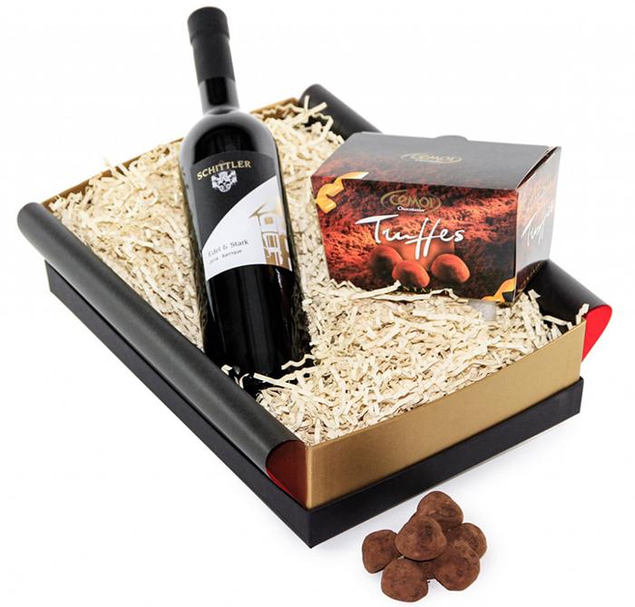 Weihnachtsgeschenk mit Wein und Schokolade
